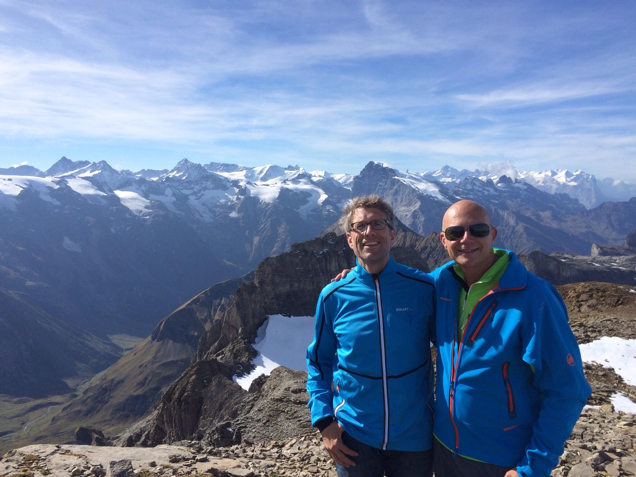 Gipfelfreude mit Sonne, Sustenhorn, Titlis und den Berner Viertausendern in der Ferne