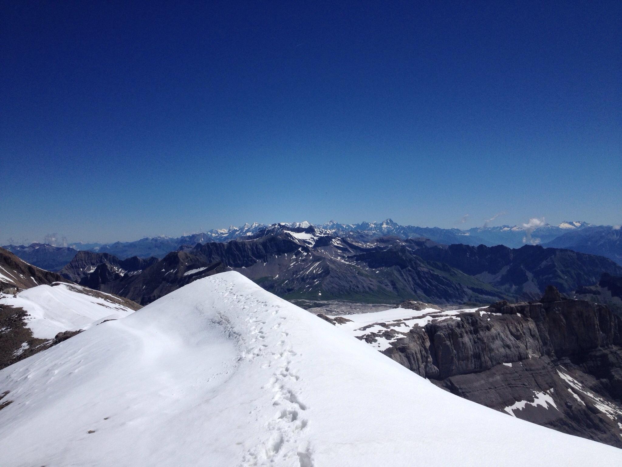 Der Blick vom Gipfelgrat zu den Berner Alpen