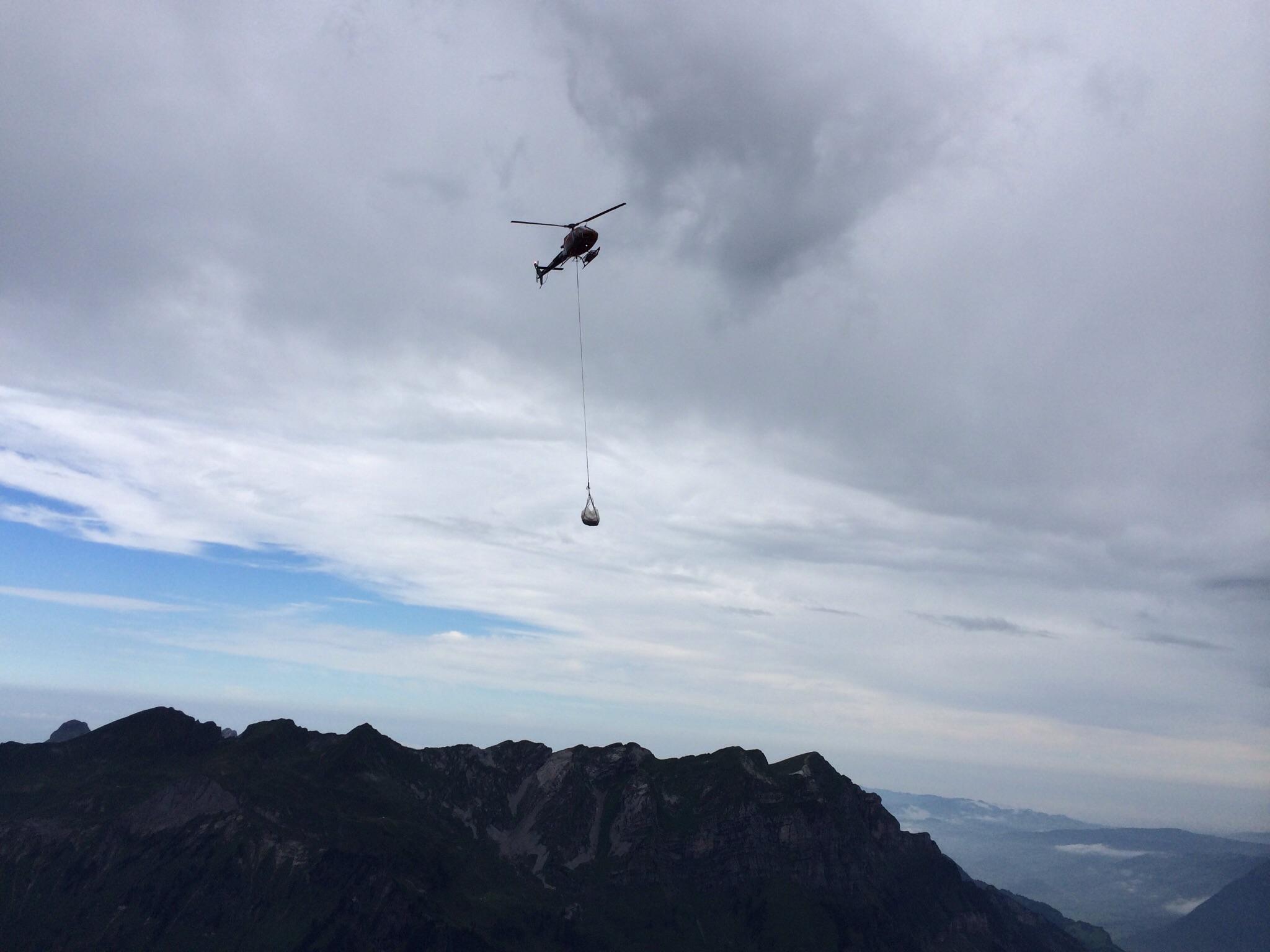 Ein Helikopter knattert herbei...